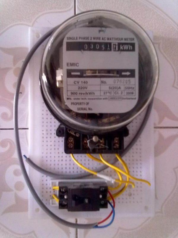 Thợ lắp đặt đồng hồ điện tại nhà