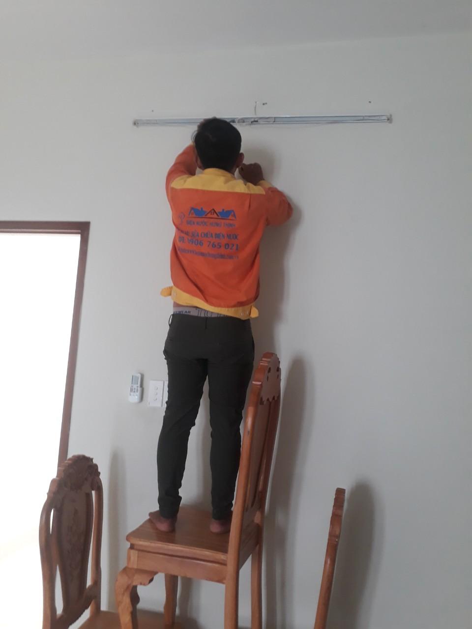 thợ sửa chữa điện trong nhà